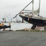 館山市破損ヨット引き揚げ解体作業